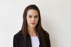 Expresión femenina de la cara del ejecutivo de operaciones con la tensión que le mira Fotos de archivo