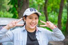 Expresión hapy de la sonrisa adolescente asiática inocente joven linda del retrato Foto de archivo