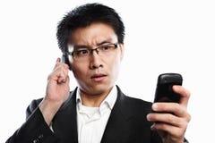 Expresión seria del hombre de negocios usando la llamada video Imagen de archivo