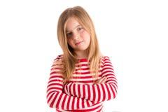 Expresión seria triste del gesto de la muchacha rubia del niño imagenes de archivo