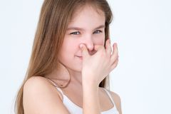Expresión stinky de la nariz de la cubierta del niño del olor asqueroso del malo imagenes de archivo
