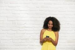 Expresiones faciales de la mujer negra joven en la pared de ladrillo Fotografía de archivo