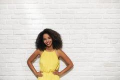 Expresiones faciales de la mujer negra joven en la pared de ladrillo Foto de archivo libre de regalías