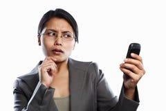 Expressão curiosa da mulher de negócios usando o atendimento video fotos de stock