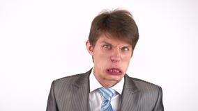 A expressão do homem novo mostra emoções na frente da câmera Engane ao redor video estoque