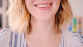 Expressão do otimismo da emoção da felicidade do sorriso da mulher vídeos de arquivo
