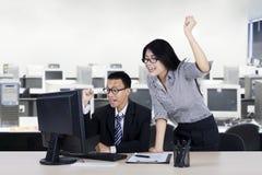 Expressão do sucesso da mostra de dois empresários Imagens de Stock