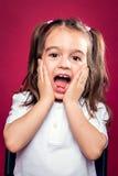 Expressão engraçada da surpresa da sagacidade da menina imagem de stock royalty free