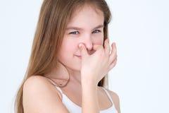 Expressão fedido do nariz da tampa da criança do cheiro hediondo do mau imagens de stock