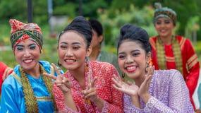 Expressões de mulheres do dançarino de Indonésia no traje tradicional foto de stock