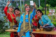 Expressões de mulheres do dançarino de Indonésia no traje tradicional fotos de stock