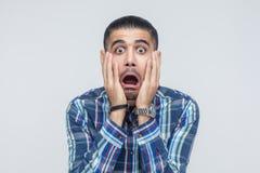 Expressões e emoções do rosto humano Homem que guarda os braços em seu che imagem de stock royalty free