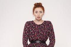Expressões e emoções do rosto humano Jovem mulher do ruivo chocada foto de stock