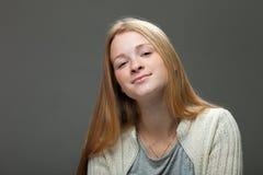 Expressões e emoções do rosto humano Retrato da mulher adorável de sorriso do ruivo dos jovens na camisa acolhedor que olha bonit Fotos de Stock