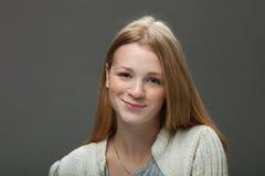 Expressões e emoções do rosto humano Retrato da mulher adorável de sorriso do ruivo dos jovens na camisa acolhedor que olha feliz Fotografia de Stock Royalty Free