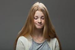 Expressões e emoções do rosto humano Retrato da mulher adorável nova do ruivo com os bordos amuando na camisa acolhedor que olha  Fotos de Stock Royalty Free