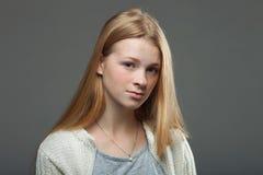 Expressões e emoções do rosto humano Retrato da mulher adorável nova do ruivo na camisa acolhedor que olha atentamente imagem de stock