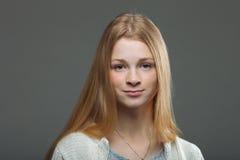 Expressões e emoções do rosto humano Retrato da mulher adorável nova do ruivo na camisa acolhedor que olha calma e feliz foto de stock