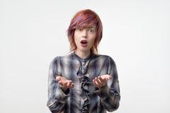 Expressões e emoções do rosto humano Shockes fêmeas novos do penteado colorido com notícias imagens de stock royalty free