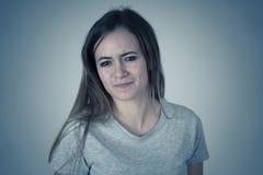 Expressões e emoções humanas Adolescente fêmea temperamental com a cara irritada que olha furioso fotos de stock