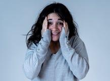 Expressões e emoções humanas mulher atrativa nova que olha assustado e chocada fotografia de stock royalty free