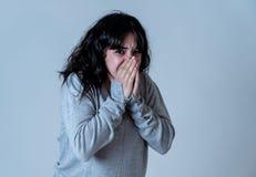 Expressões e emoções humanas mulher atrativa nova que olha assustado e chocada imagem de stock