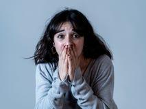 Expressões e emoções humanas mulher atrativa nova que olha assustado e chocada fotos de stock royalty free