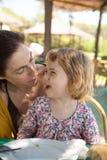 Expressões engraçadas de comer da mulher e da criança Foto de Stock Royalty Free