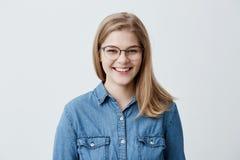 Expressões faciais e emoções positivas Menina caucasiano atrativa do estudante com cabelo reto louro no eyewear à moda fotos de stock