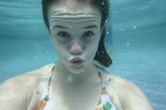 Expressões subaquáticas da menina fotos de stock