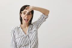 Expresse-se com linguagem corporal O retrato da mulher europeia delgada bonito que mostra v assina sobre a cara e a colagem para  imagem de stock