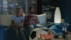 Expressief paar het spelen videospelletje thuis stock footage