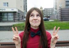 Expressief portret van een jong vrolijk meisje stock foto