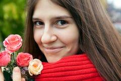 Expressief portret van een jong vrolijk meisje met rozen stock foto