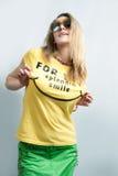 Expressieve blonde in zonnebril stock foto's