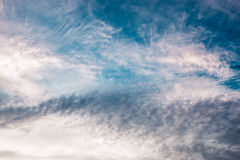 Expressieve hemel met wervelende wolken als achtergrond Stock Afbeeldingen