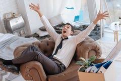Expressieve jonge mens die de documenten werpen in de lucht royalty-vrije stock foto