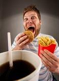 Expressieve mens die snel voedsel eet Royalty-vrije Stock Afbeelding