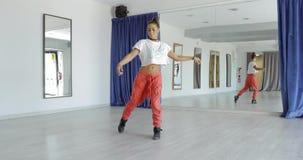 Expressieve vrouw die in studio dansen stock footage