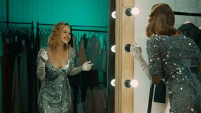 Expressieve vrouw die voor prestaties in kleedkamer voorbereidingen treffen stock videobeelden