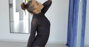 Expressieve vrouw in motie van dans stock videobeelden