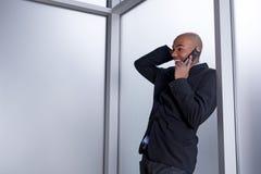 Expressieve zakenman die op zijn celtelefoon spreekt royalty-vrije stock afbeelding