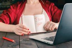Expression d'exposition de femme je t'aime à l'ami au webcam d'ordinateur portable Photographie stock libre de droits