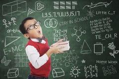 Expression d'humeur d'étudiant de garçon dans la classe Image stock