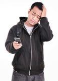 Expression d'un homme qui était triste quand le téléphone Photos libres de droits