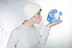 Expression de baiser de poissons de fixation de profil de femme Images stock