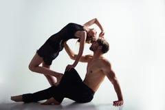 Expression de leur amour en danse Formation d'école de danse Couples des danseurs Histoires d'amour de danse de jeune femme et d' Photographie stock libre de droits