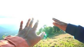 Expression des émotions delighed inspiré Saisir le soleil avec le mouvement lent de doigts de paume Contre un soleil et un ciel banque de vidéos