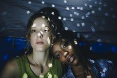 Expression du visage d'amies de femmes se reposant ensemble dans une tente Photos libres de droits
