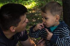 Expression du visage de père et de fils Image libre de droits